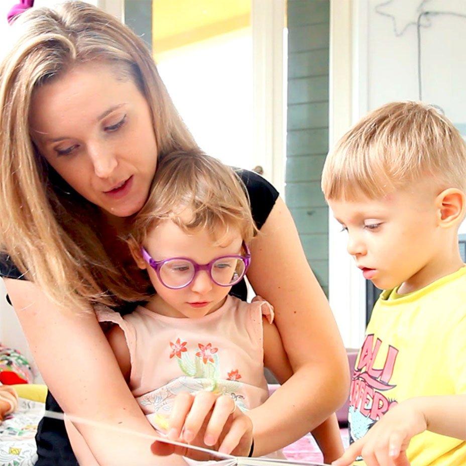 bambini e la loro mamma leggono un libro