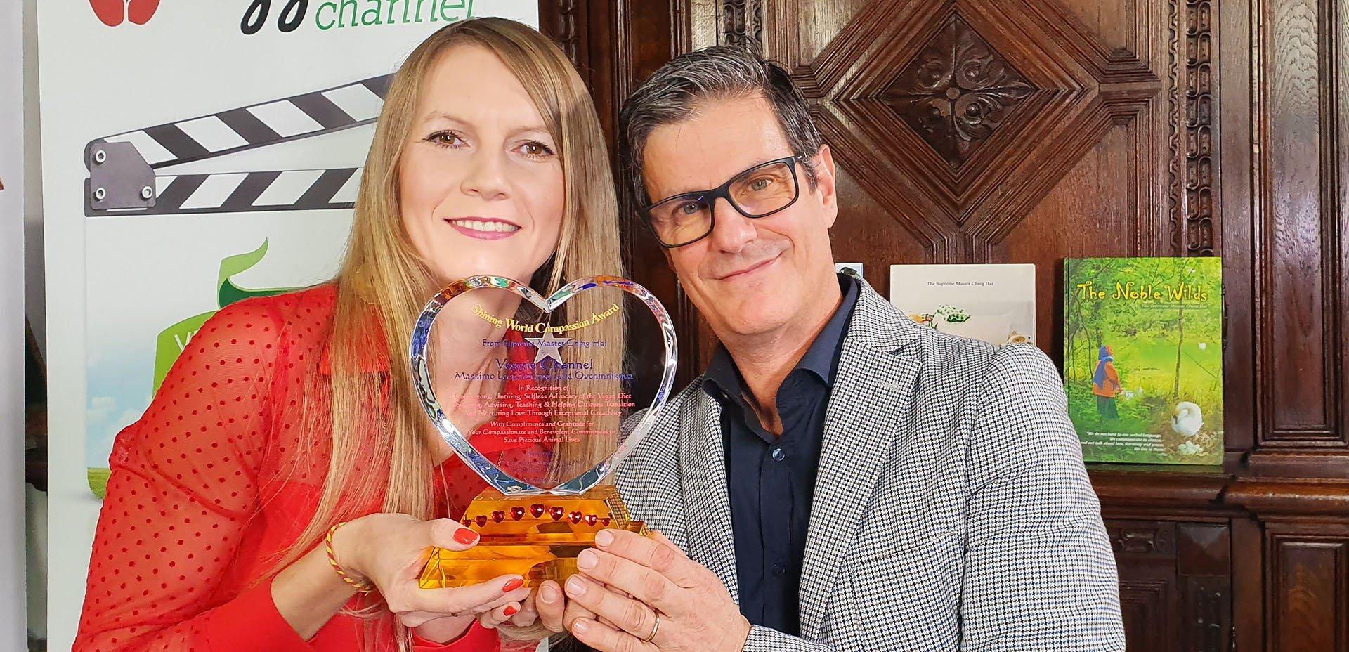 Massimo Leopardi e Julia Ovchinnikova con il premio Shining World Compassion Award