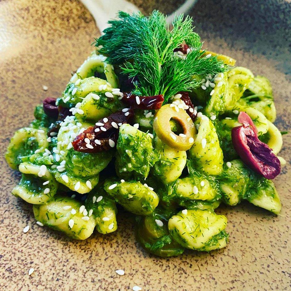 Orecchiette con pesto di 'barba' di ginocchio, uvetta, olive e pomodori secchi