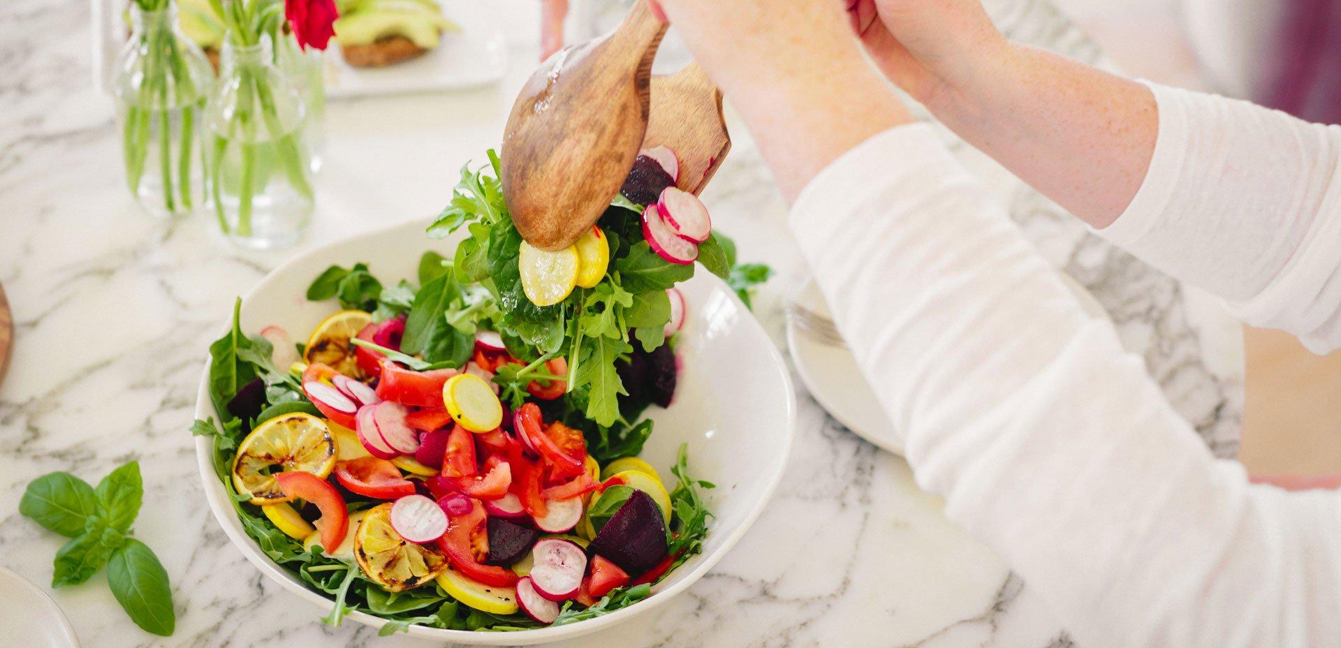 iniziare il pasto con un'insalata