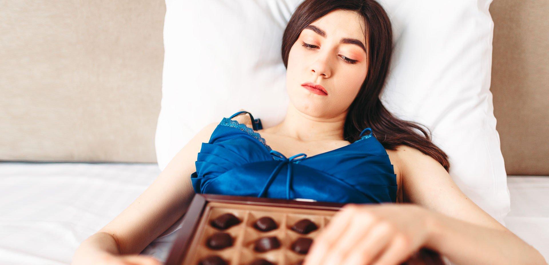donna stressata e chioccolato