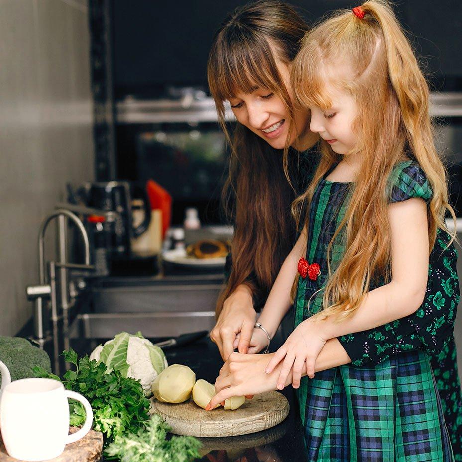 mamma e figlia in cucina