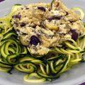 Spaghetti di zucchine crude al sugo di tofu e olive