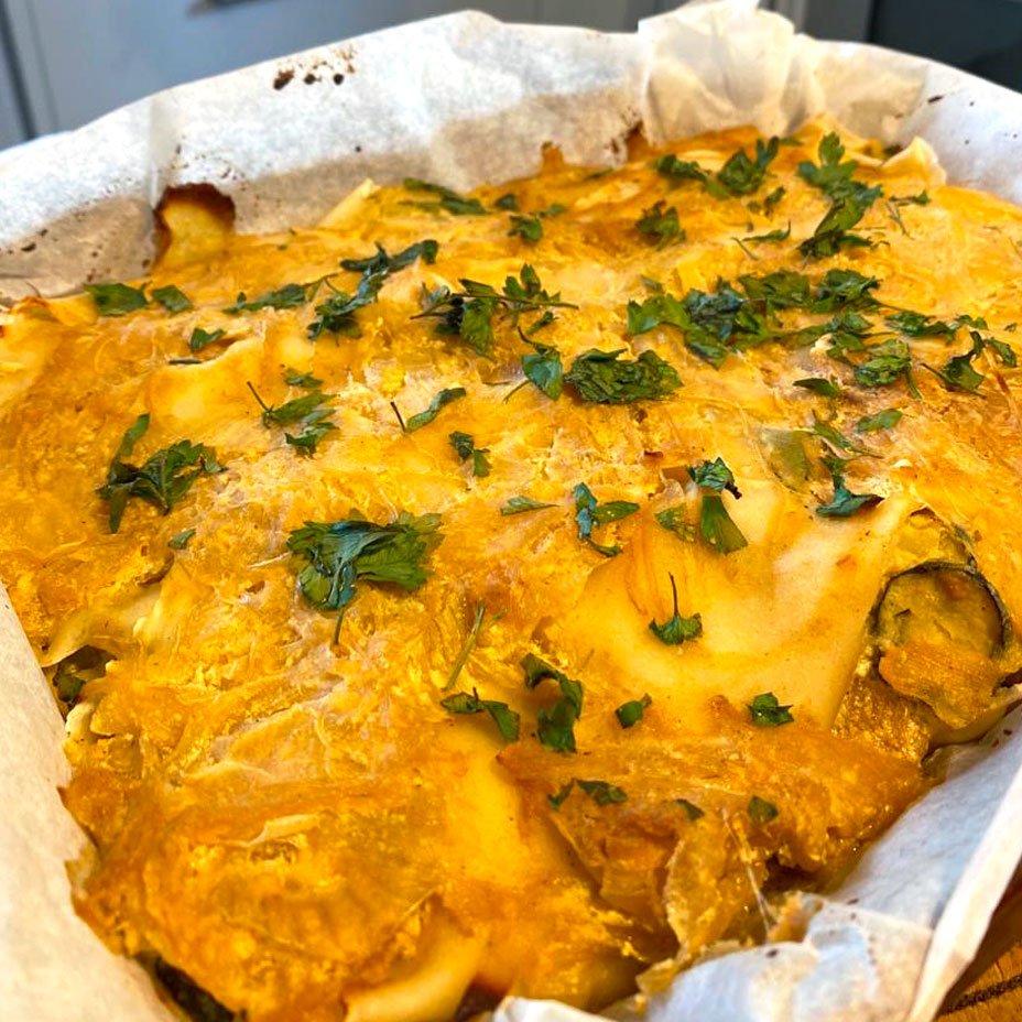 Sigari di zucchine e patate su letto di cipolle