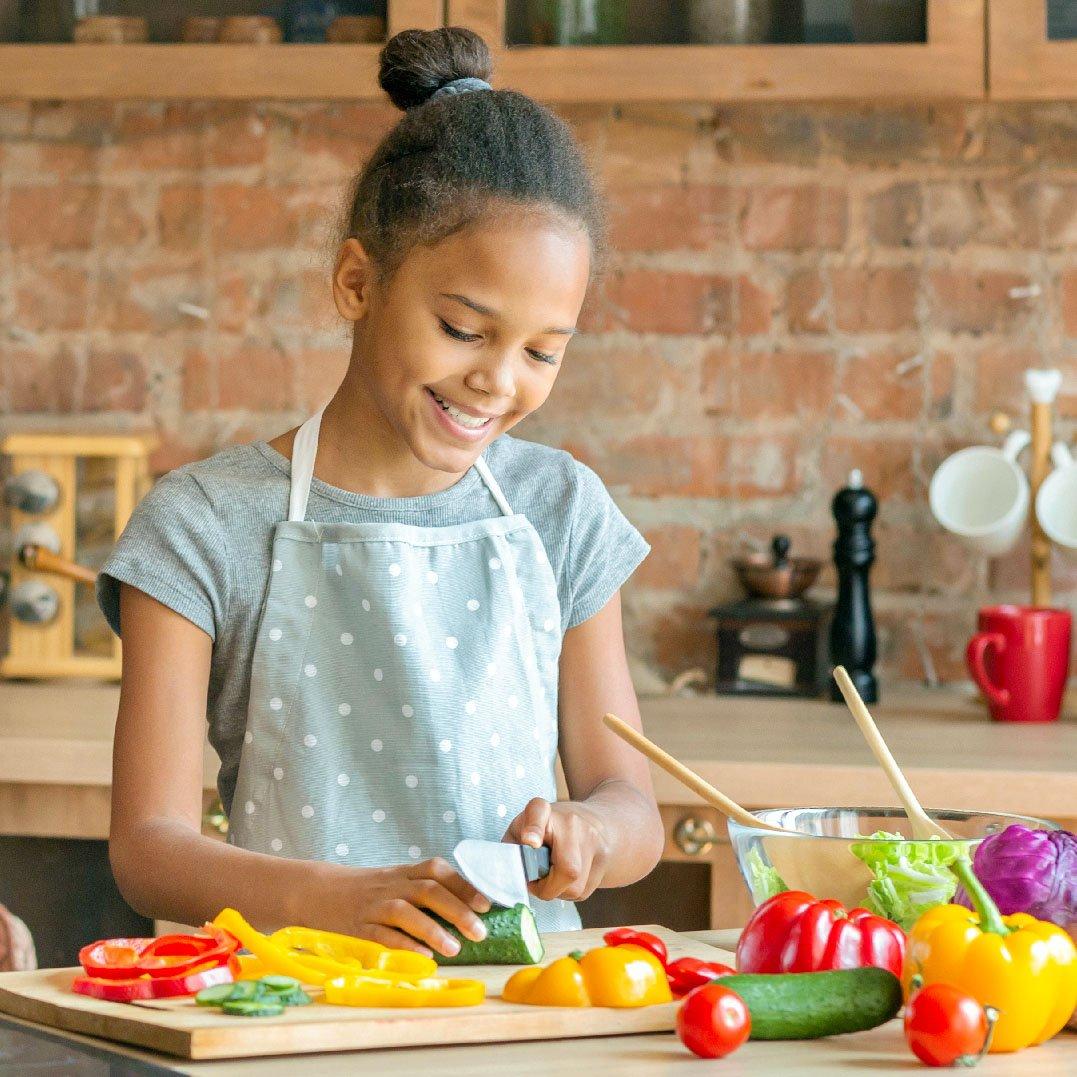 bambina e cibo crudo