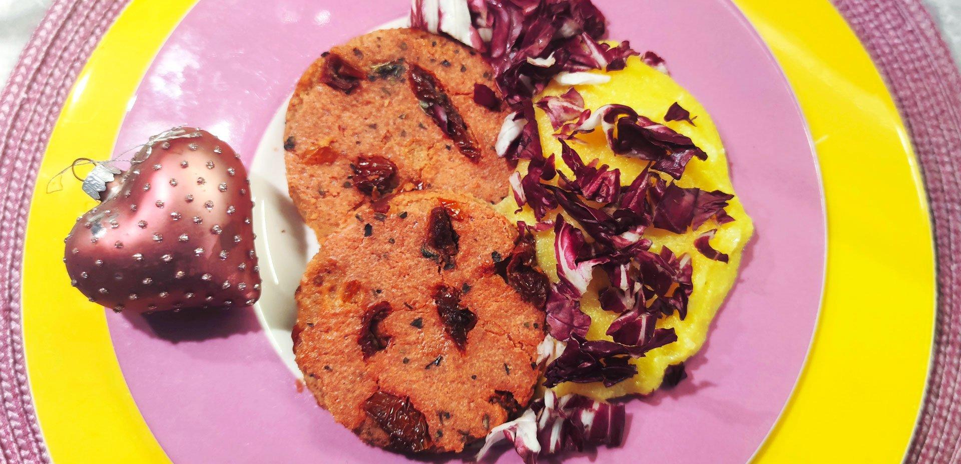 Polentina con burger di rapa rossa e pomodorini secchi