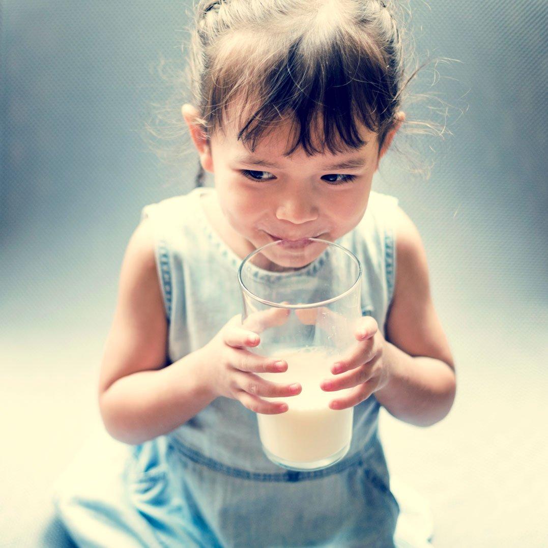 bambina e latte vaccino