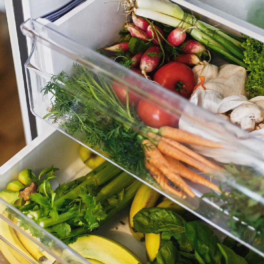 frutta e verdura nel frigo