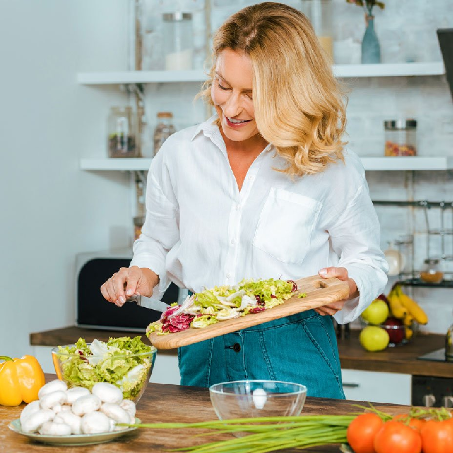donna prepara un'insalata