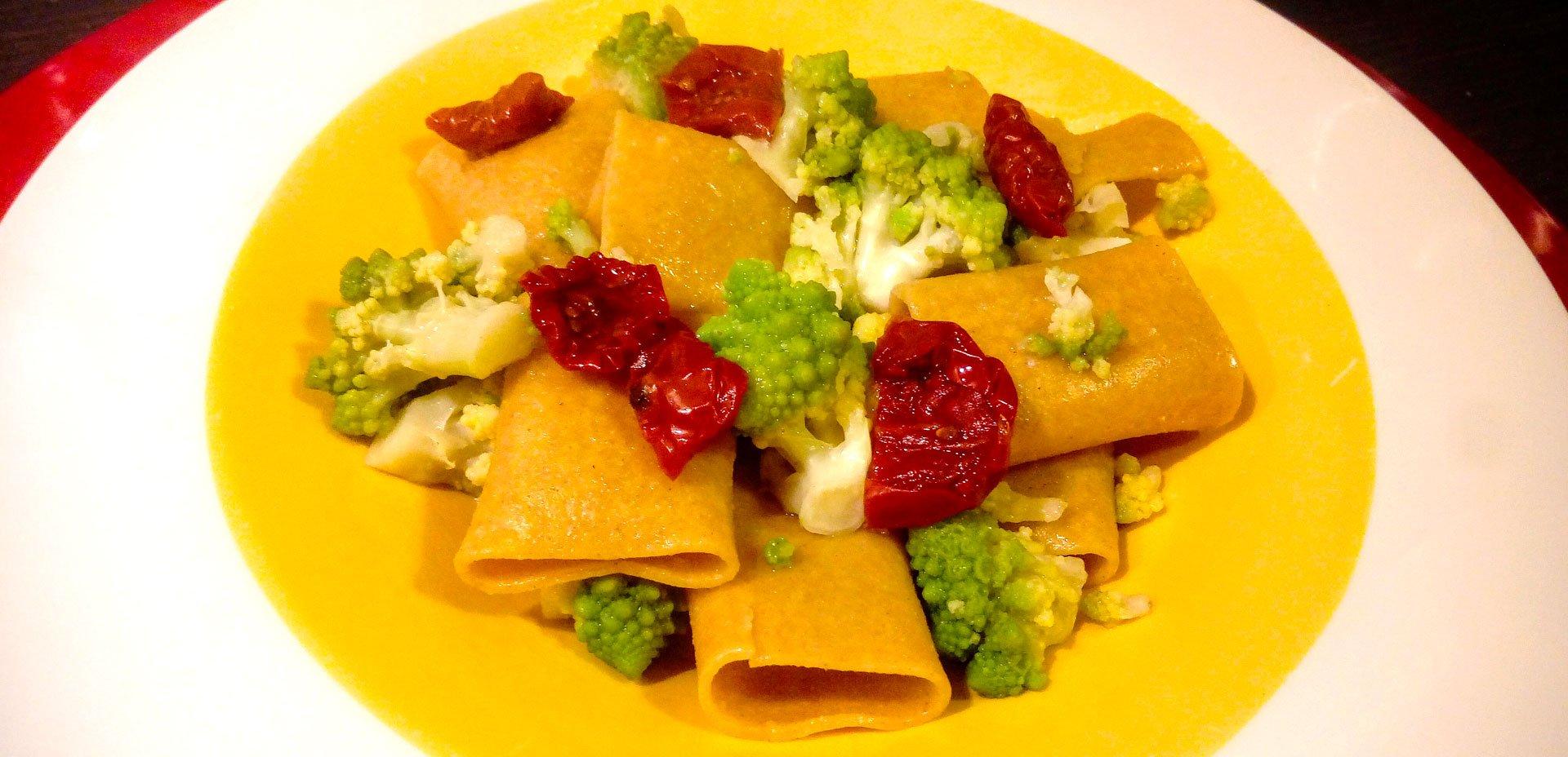 Paccheri di teff ai broccoli e pomodori secchi
