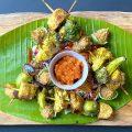 Spiedi Satay su verdure croccanti, salsa Sambal e di burro di arachidi