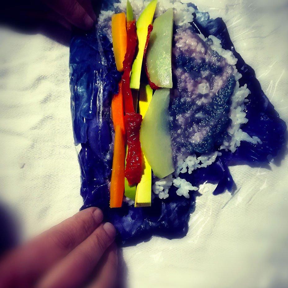 preparando sushi colorato