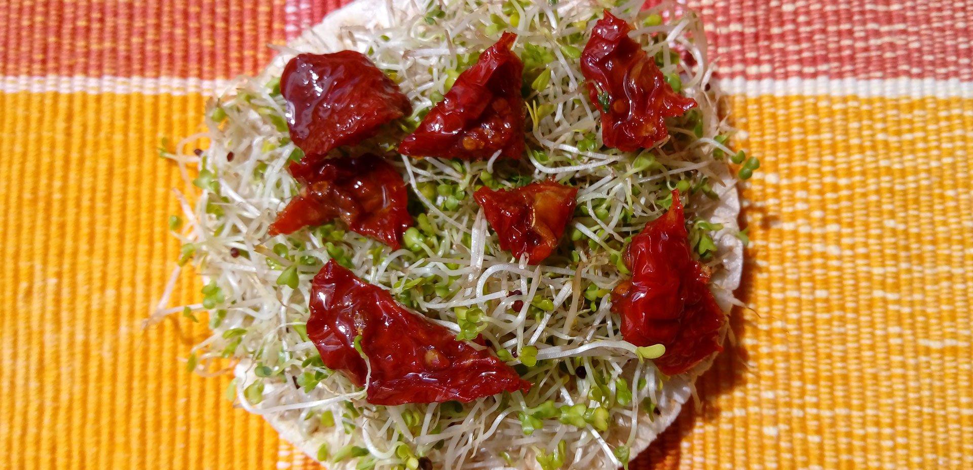 galletta di riso e germogli