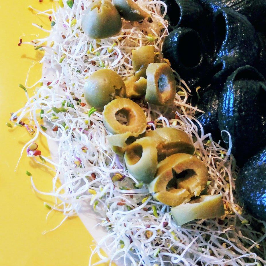 pasta di mais bianco e spirulina condita con olio