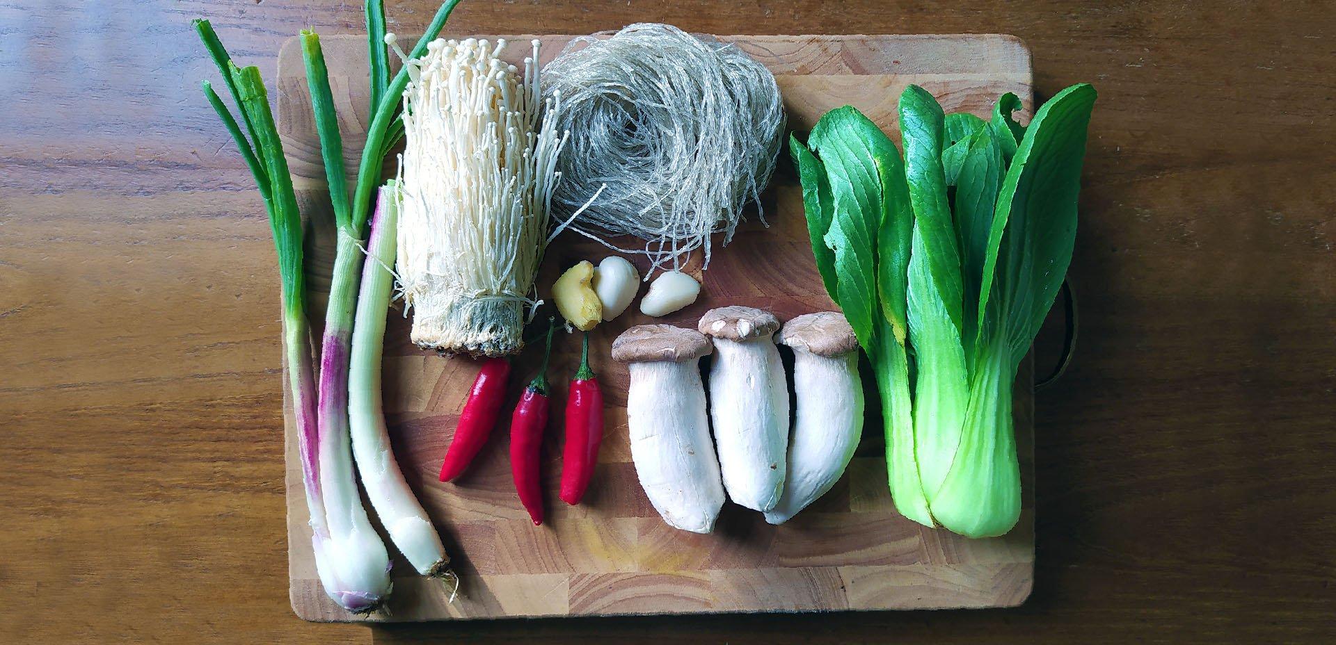 ingredienti per la Zuppa con noodles di patate