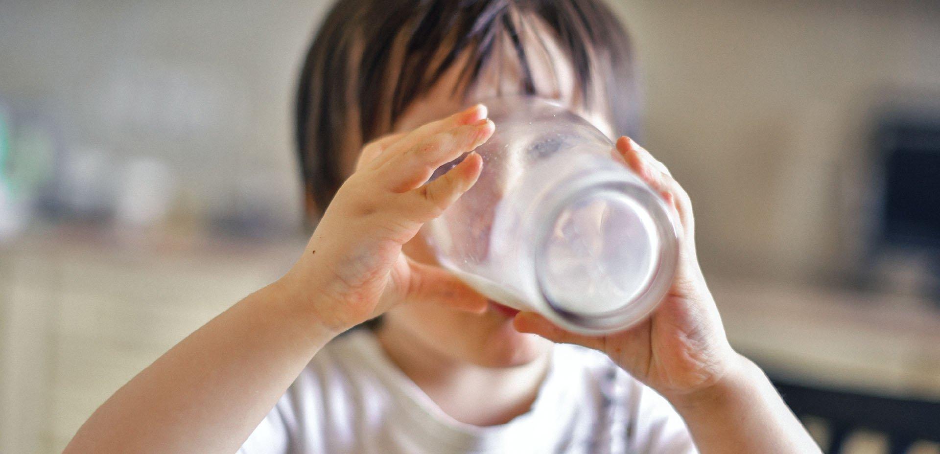 bambino e latte