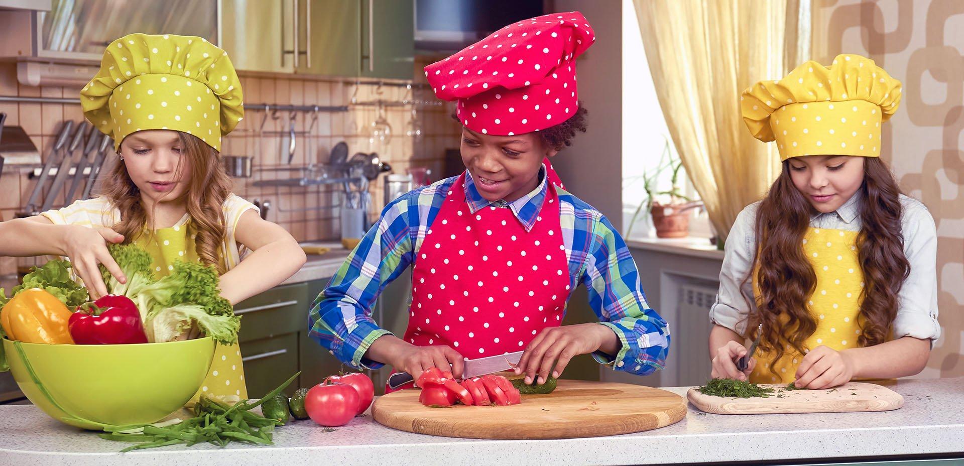 bambini preparano l'insalata