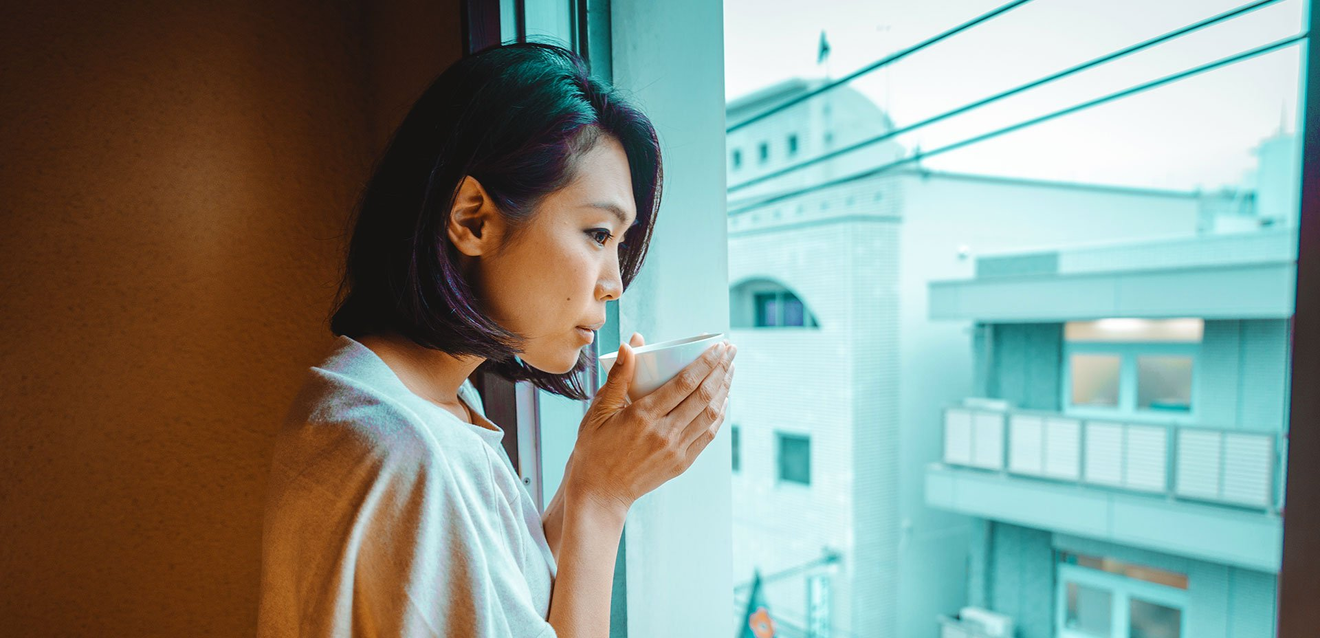 ragazza giapponese beve da una tazza