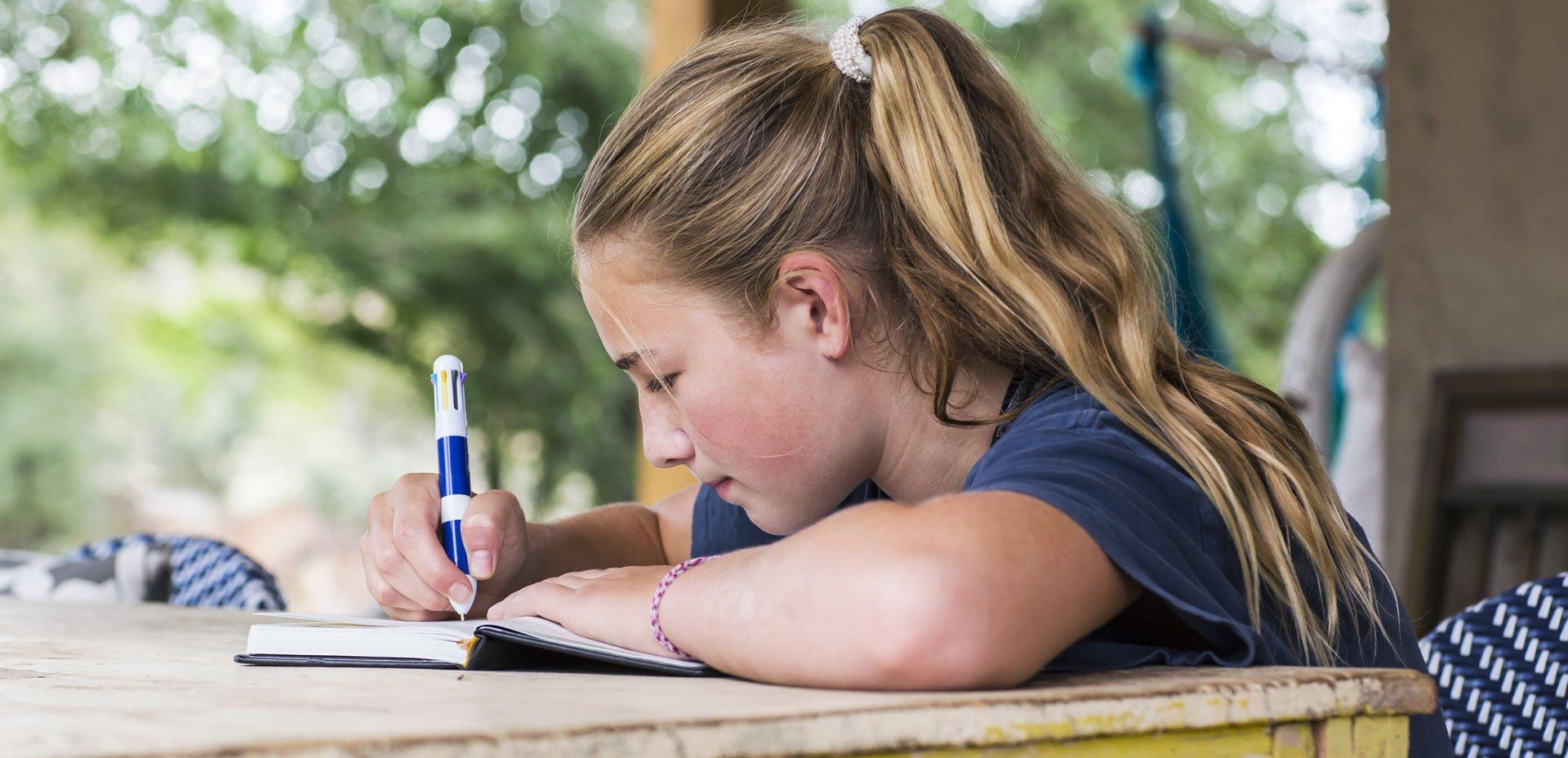 ragazza scrive nel suo diario