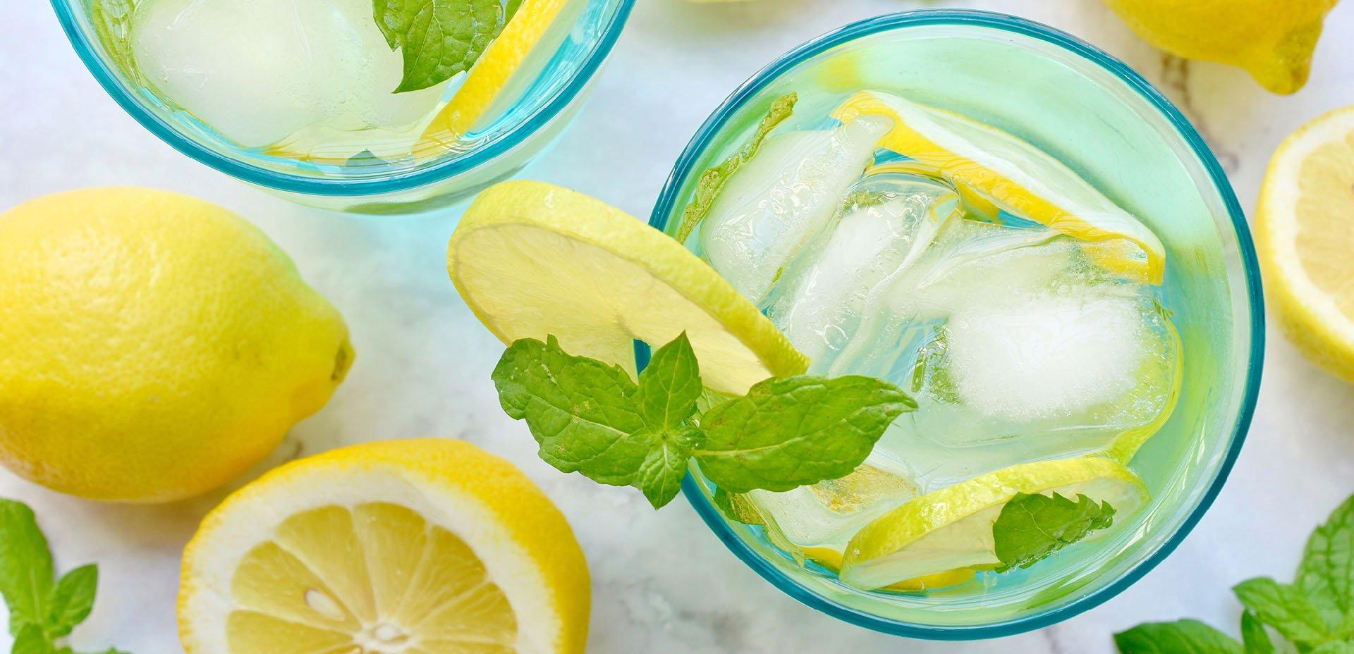 acqua con limone e ghiaccio