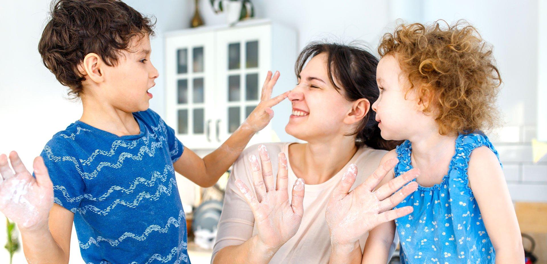 bambini e mamma in cucina