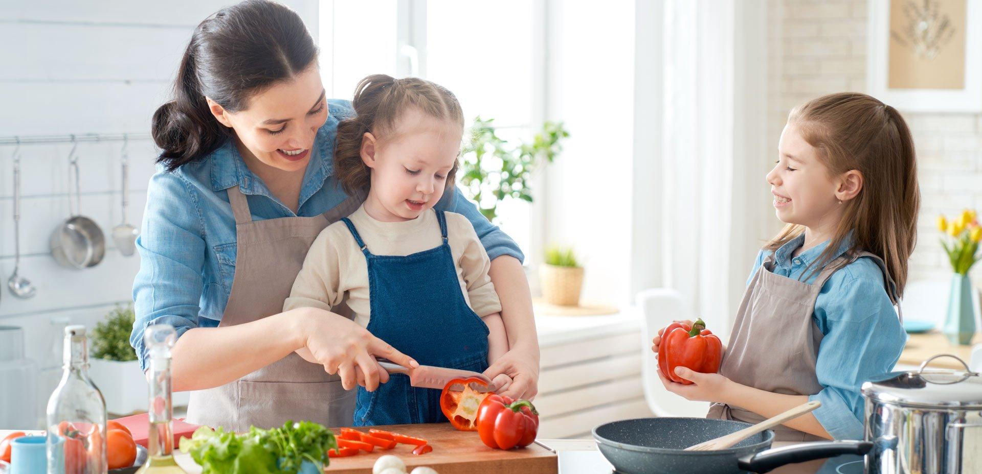 bambine cucinano con la mamma