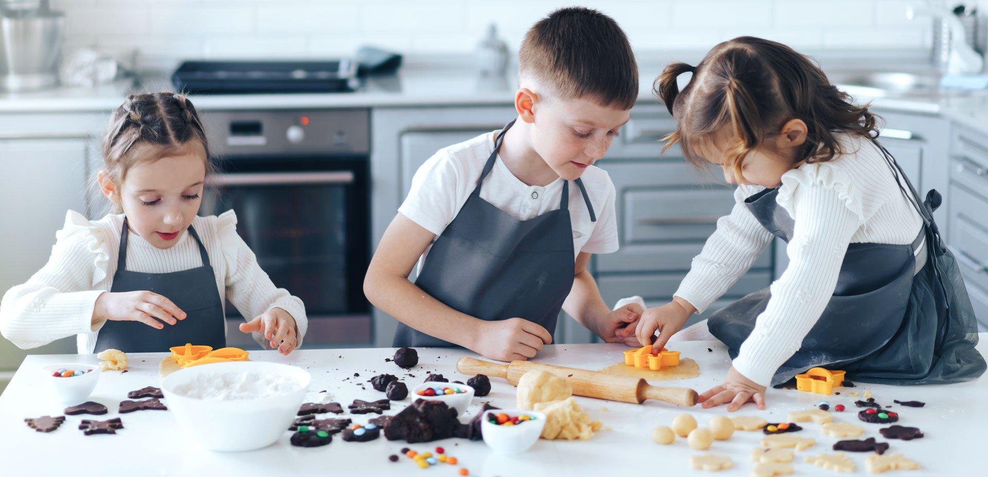 3 bambini preparano biscotti