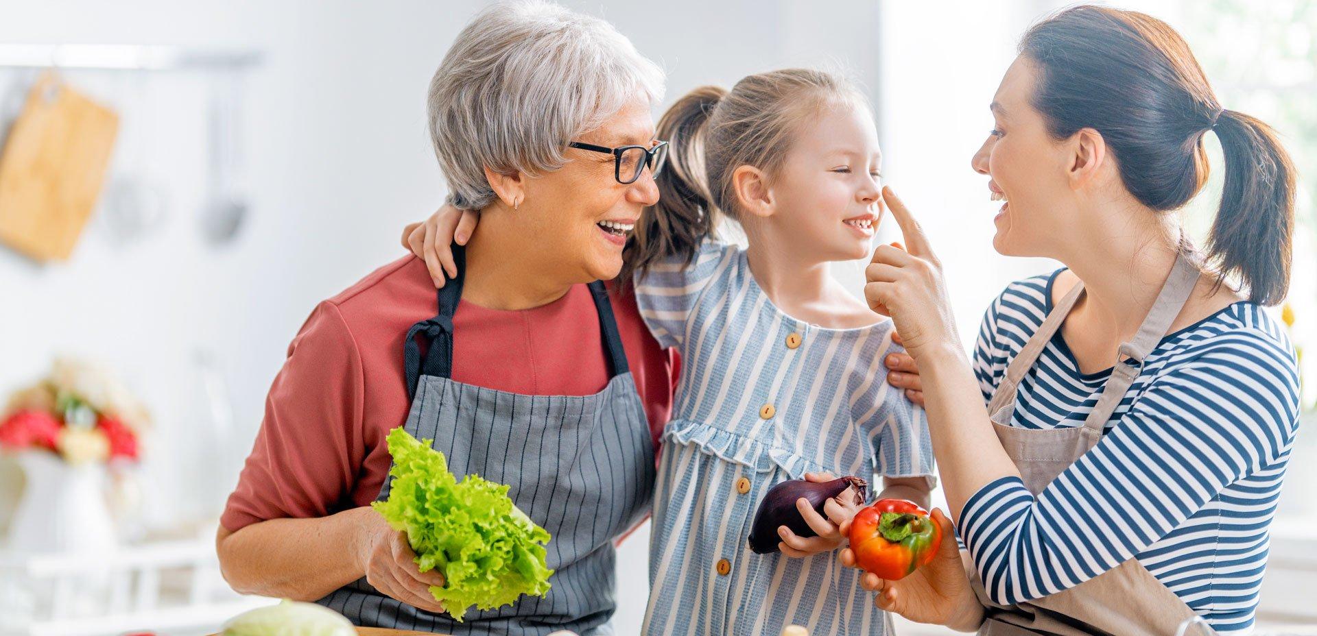 nonna, mamma, figlia in cucina
