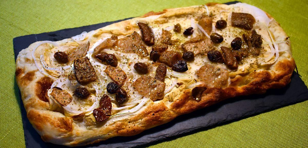 Focaccia precotta ai funghi e olive